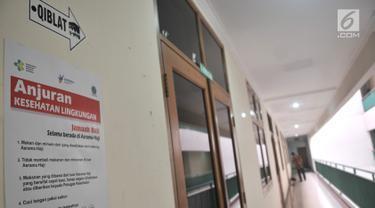 Petugas membersihkan area kamar calon jemaah haji di di Gedung E, Asrama Haji Pondok Gede, Jakarta, Kamis (4/7/2019). Panitia Penyelenggara Ibadah Haji embarkasi Pondok Gede siap menyambut jemaah haji kloter pertama DKI Jakarta yang dijadwalkan tiba pada Sabtu (6/7). (merdeka.com/Iqbal S Nugroho)