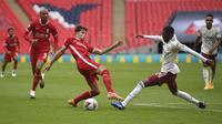 Bek Liverpool, Neco Williams (tengah) berebut bola dengan gelandang Arsenal, Ainsley Maitland-Niles pada laga Community Shield di stadion Wembley di London, Sabtu, (29/8/2020). (Justin Tallis / Pool via AP)