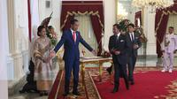 Presiden Joko Widodo atau Jokowi menerima kedatangan Sultan Brunei Hassanal Bolkiah di Istana Merdeka, Minggu (20/10/2019). (Merdeka.com/ Titin Supriatin)