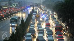 Sejumlah Kendaraan terjebak macet dikawasan Duren tiga Jakarta Selatan, Jakarta, Senin (23/5). Hujan lebat yang mengguyur ibu kota membuat lalulintas di beberapa titik ruas jalan menjadi macet dan semrawut. (Liputan6.com/Yoppy Renato)