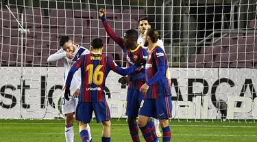 Striker Barcelona, Ousmane Dembele (tengah) melakukan selebrasi bersama rekan setim usai mencetak gol ke gawang Eibar dalam laga lanjutan Liga Spanyol 2020/21 pekan ke-16 di Camp Nou, Selasa (29/12/2020). Barcelona bermain imbang 1-1 dengan Eibar. (AFP/Pau Barrena)