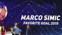 Pemain Persija Jakarta, Marco Simic, menerima penghargaan sebagai gol favorit pada Indonesian Soccer Awards 2019 di Studio Indosiar, Jakarta, Jumat (10/12). Acara ini diadakan oleh Indosiar bersama APPI. (Bola.com/M Iqbal Ichsan)