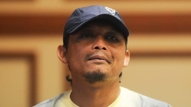 Asisten pelatih Arema Cronus, Kuncoro, tertidur saat Arema mengadakan pawai juara Torabika Bhayangkara Cup 2016. Hal itu membuat para pemain Arema tertawa terbahak-bahak.