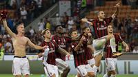Para pemain AC Milan merayakan kemenangan usai pertandingan melawan Cagliari pada lanjutan liga Serie A Italia di stadion San Siro di Milan, (27/8). AC Milan menang atas Cagliari dengan skor 2-1. (AP Photo / Luca Bruno )