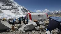 Pendaki menunggu antrean untuk menemui dokter di klinik tenda Everest ER di Everest Base Camp, sekitar 140 Km timur laut Kathmandu, Nepal, 24 April 2018. (PRAKASH MATHEMA/AFP)