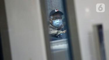Tersangka kasus dugaan korupsi pengadaan paket penerapan KTP Elektronik, Isnu Edhi Wijaya usai menjalani pemeriksaan di Gedung KPK, Jakarta, Senin (2/11/2020). Mantan Dirut PNRI tersebut diperiksa sebagai tersangka dalam kasus korupsi E-KTP. (Liputan6.com/Helmi Fithriansyah)