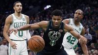 Pertandingan antara Boston Celtics kontra Milwaukee Bucks dalam lanjutan kompetisi NBA musim ini. (Foto: Michael Dwyer/AP)