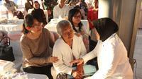 Wali Kota Risma Santuni Keluarga Korban Bom Gereja Surabaya. (Liputan6.com/Dian Kurniawan)