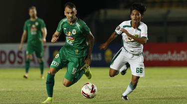 FOTO: PS Sleman Imbangi Persebaya Surabaya Tanpa Gol di Babak Pertama - Velez Nicolas Leandro; Dicky Kurniawan Arifin