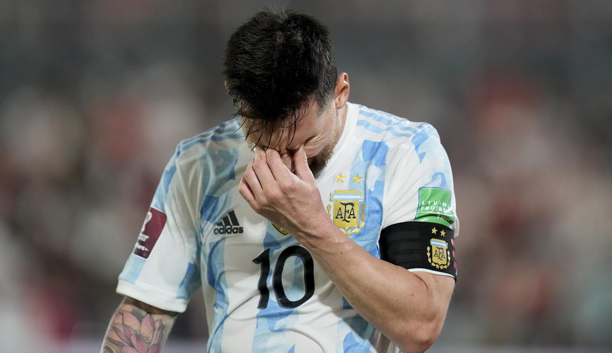 Lionel Messi gagal membawa Argentina memetik kemenangan atas tuan rumah Paraguay dalam Kualifikasi Piala Dunia 2022 Zona Conmebol, Jumat (8/10/2021) pagi WIB. Argentina ditahan imbang 0-0 oleh Paraguay dan makin tertinggal dari Brasil yang menang 3-1 atas Venezuela. (AP/Jorge Saenz)