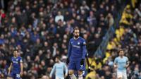Striker Chelsea, Gonzalo Higuain, terlihat lesu setelah gawang timnya dibobol Manchester City dalam laga lanjutan Premier League di Stadion Etihad, Senin (11/2/2019) dini hari WIB. (AP Photo/Jon Super)