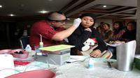 Dua relawan Starkey Hearing Foundation memasang alat bantu dengan kepada dua penyandang disabilitas tuna rungu wicara di Gedung Aneka Bhakti, Kementerian Sosial, Salemba, Jakarta Pusat, Jumat (27/3/2015).
