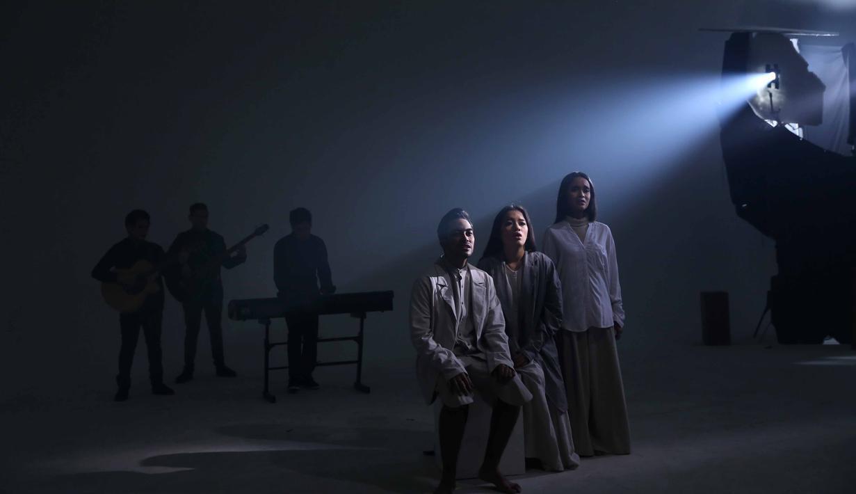 Dua grup musik beda genre GAC dan The Overtunes sedang menggarap vidio klip untuk single keduanya. Dua grup musik ini berkolaborasi dalam mengisi soundtrack film Cek Toko Sebelah, garapan Ernest Prakasa. (Nurwahyunan/Bintang.com)