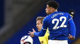 Pemain Everton, Ben Godfrey, duel udara dengan pemain Burnley, Matej Vydral, pada laga Liga Inggris di Stadion Goodison Park, Sabtu (13/3/2021). Burnley menang dengan skor 2-1. (Peter Powell/Pool via AP)