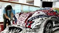 Lin Shih Pao mendesain sebuah mobil balap dengan menggunakan 25 ribu ponsel bekas.