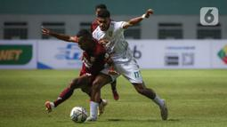 Gelandang Borneo FC, Terens Owang Priska Puhiri (kiri) berebut bola dengan gelandang Persebaya Surabaya, Ricky R. Kambuaya dalam laga pekan pertama BRI Liga 1 2021/2022 di Stadion Wibawa Mukti, Cikarang, Sabtu (4/9/2021). Borneo FC menang 3-1 atas Persebaya Surabaya. (Bola.com/Bagaskara Lazuardi)