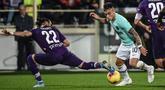Penyerang Inter Milan, Lautaro Martinez (kanan) berusaha melewati bek Fiorentina, Martin Caceres pada pertandingan lanjutan Liga Serie A Italia di stadion Artemio-Franchi di Florence (15/12/2019). Inter Milan bermain imbang 1-1 atas Fiorentina. (AFP Photo/Filippo Monteforte)