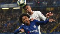 Pemain Chelsea Willian (kiri) berebut bola dengan pemain Lille Gabriel dos Santos Magalhaes pada pertandingan Grup H Liga Champions di Stadion Stamford Bridge, London, Inggris,  Selasa (10/12/2019). Chelsea menang 2-1 dan lolos ke babak 16 besar Liga Champions. (Glyn KIRK/AFP)