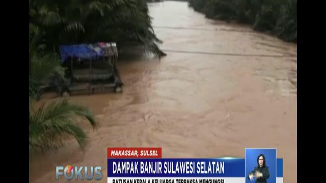 Ketinggian air yang mencapai lebih dari 1,5 meter memaksa warga mengungsi ke tempat yang lebih aman. Petugas BPBD beserta perangkat pemerintahan setempat mengerahkan perahu karet untuk evakuasi.