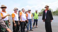 Gubernur Jawa Tengah, Ganjar Pranowo dan Bupati Blora, Djoko Nugroho saat meninjau pembangunan Bandara Ngloram. (Foto: Liputan6.com/Arief Rohman/Ahmad Adirin)