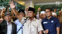 Pasangan capres-cawapres nomor urut 02 Prabowo Subianto (tengah) dan Sandiaga Uno (kanan) memberi keterangan kepada awak media di Rumah Kertanegara, Jakarta, Kamis (18/4). Prabowo kembali mendeklarasikan menang Pilpres 2019. (Liputan6.com/JohanTallo)