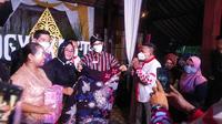 Sandiaga menerima cenderamata batik tulis (Istimewa)