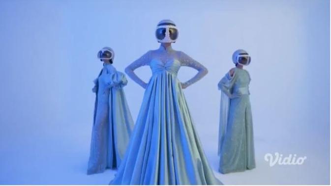 Karya Ivan Gunawan di Fashion Show Virtual IPMI Trend Show 2021. foto: vidio.com 'Vidio Collab Projects'