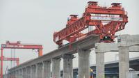 Foto pada 2 September 2020 ini menunjukkan lokasi pekerjaan pemasangan gelagar kotak (box girder) jalur Kereta Cepat Jakarta-Bandung (KCJB). Pemasangan gelagar sedang berlangsung di ketiga balok yard di sepanjang jalur Kereta Cepat Jakarta-Bandung dalam tiga hari terakhir. (Xinhua/Du Yu)