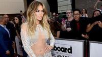 Gaun transparan Jennifer Lopez di Billboard Music Awards 2015. (foto: popsugar)