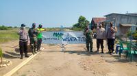 TNI Polri memastikan akses masuk ke Pantai Istambul Demak ditutup sementara, Minggu 16/5/2021. (Foto: Liputan6.com/Kusfitria Marstyasih)