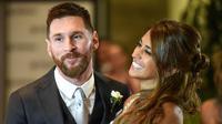 Bintang Barcelona, Lionel Messi, bersama istrinya Antonella Roccuzzo menemui wartawan usai mengadakan resepsi pernikahan di Kompleks City Center, Santa Fe, Jumat (30/6/2017). (AFP/Eitan Abramovich)