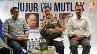 Wakapolri Komjen Oegroseno dtemani Ketua KPK Abraham Samad menyempatkan menjadi pembicara dalam sebuah diskusi yang digelar di Istora Senayan Jakarta pada 11 Desember 2013 (Liputan6.com/ Helmi Fithriansyah)