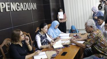 Kepala Bagian Dukungan Pelayanan Pengaduan Komnas HAM, Imelda Saragih (kedua kiri) saat menerima pengaduan Yayasan Penelitian Korban Pembunuhan 1965/1966 (YPKP 65) terkait temuan 346 kuburan massal di Gedung Komnas HAM, Jakarta, Kamis (3/10/2019). (Liputan6.com/Helmi Fithriansyah)