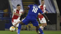 Bek Slavia Praha, Jan Boril (kiri) melepaskan umpan di depan gelandang Leicester City, Daniel Amartey dalam laga leg kedua babak 32 Besar Liga Europa 2020/21 di King Power Stadium, Kamis (25/2/2021). Slavia Praha menang 2-0 atas Leicester City dan lolos ke babak 16 Besar. (AP/Rui Vieira)