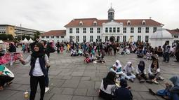 Sejumlah pengunjung memadati Kawasan Kota Tua, Jakarta, Selasa (26/12). Kota Tua saat liburan panjang menjadi pilihan warga Jakarta dan sekitarnya untuk berwisata menghabiskan masa libur Natal. (Liputan6.com/Faizal Fanani)