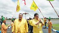 Ketua Umum Partai Golkar Airlangga Hartarto (kanan) saat berkampanye di Banjarmasin, kalimantan Tengah. (Merdeka.com)
