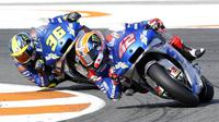 Pembalap Suzuki, Alex Rins, dibuntututi Joan Mir saat beraksi pada balapan MotoGP Eropa di Sirkuit Ricardo Tormo, Valencia, Minggu (8/11/2020). Joan Mir finis pertama dengan catatan waktu 41 menit 37,297 detik. (AP/Alberto Saiz)