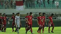 Pemain timnas Indonesia U-23 tertunduk usai kalah melawan Korea Selatan U-23 pada laga persahabatan di Stadion Pakansari, Kab Bogor, Sabtu (23/6). Indonesia U-23 kalah 1-2. (Liputan6.com/Helmi Fithriansyah)