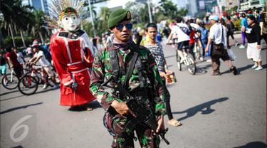 Pasukan TNI bersenjata lengkap berjaga dikawasan Bunderan HI, Jakarta, Minggu (31/7). Penjagaan tersebut dilakukan terkait pengamanan KTT ke-12 World Islamic Economic Forum (WIEF) di Jakarta pada 2-4 Agustus 2016. (Liputan6.com/Faizal Fanani)