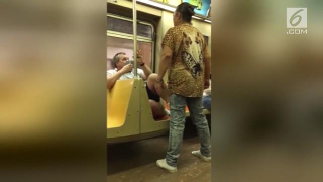 Penumpang wanita menyerang seorang pria di kereta bawah tanah New York. Diduga pria tersebut mengatakan hal tak pabntas yang membuat si wanita marah.
