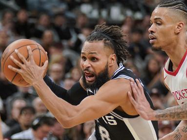 Pemain San Antonio Spurs, Patty Mills (kiri ) mencoba melewati adangan pemain Houston Rockets, Gerald Green pada lanjutan NBA basketball game di AT&T Center, San Antonio, (1/02/2018). Houston menang 102-91. (AP/Darren Abate)