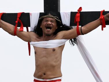 Rintihan Pria Filipina Saat Dipaku di Tiang Salib
