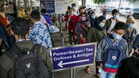 Calon penumpang kereta api antre untuk tes COVID-19 dengan GeNose C19 di Stasiun Pasar Senen, Jakarta, Jumat (5/2/2021). PT Kereta Api Indonesia memberlakukan calon penumpang menjalani GeNose C19 untuk tes COVID-19. (Liputan6.com/Faizal Fanani)