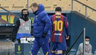 Momen di mana Lionel Messi berjalan lunglai melewati pelatih Barcelona, Ronald Koeman usai mendapat kartu merah. La Blaugrana kalah 2-3 di final Piala Super Spanyol dari Athletic Bilbao, Senin (18/01/2021) dini hari WIB. (CRISTINA QUICLER / AFP)