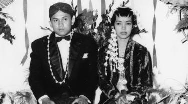 Presiden ke-3 RI BJ Habibie foto bersama istri Hasri Ainun Besari saat pernikahan. BJ Habibie melepas masa lajangnya di usia 26 tahun pada tanggal 12 Mei 1962. (Liputan6.com/The Habibie Center)