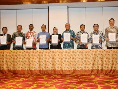 Ketua KPU Arief Budiman bersama panelis dan moderator debat keempat Pilpres 2019 memperlihatkan surat pakta integritas usai penandatanganan di Jakarta, Rabu (27/3). Penandatanganan pakta integritas ini merupakan bentuk komitmen menjaga independensi dan integritas debat. (Liputan6.com/Johan Tallo)