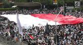 Peserta aksi massa Gerakan Nasional Kedaulatan Rakyat mengibarkan bendera Merah Putih raksasa saat melakukan unjuk rasa di perempatan dekat Gedung Bawaslu, Jakarta, Rabu (22/5/2019). Dalam aksinya mereka meminta Bawaslu memeriksa kembali hasil Pemilu 2019. (Liputan6.com/Helmi Fithriansyah)