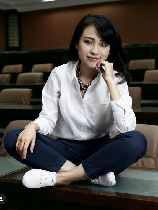Pada usianya yang ke 27, Risa Santoso menjabat sebagai rektor termuda di Indonesia. Ia kerap tampil sederhana namun tetap memukau dengan atasan kemeja putih dan sepatu sneakers. /Dok.Instagram/@risasantoso