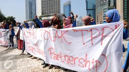 Sejumlah mahasiswi yang tergabung dalam Kopri PB PMII melakukan aksi di Bundaran HI, Jakarta, Minggu (13/3/2016). Meski sudah ada larangan kegiatan politik saat Car Free Day, namun mereka tetap melakukan aksi. (Liputan6.com/Helmi Fithriansyah)