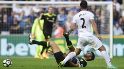 Pemain Chelsea, Diego Costa iterjatuh saat berebut bola dengan pemain, Swansea City, Jordi Amat, Costa hingga pekan keempat telah mencetak 4 gol untuk timnya pada Premier League 2016-2017.  (Reuters/Rebecca Naden)